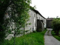 Restes du prieuré de Badeix - Français:   Le côté ouest de l\'ancien prieuré de Badeix, Saint-Estèphe, Dordogne, France. Au fond, le mur nord de la chapelle.
