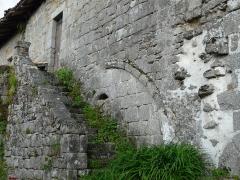 Restes du prieuré de Badeix - Français:   Escalier, côté ouest de l\'ancien prieuré de Badeix, Saint-Estèphe, Dordogne, France.