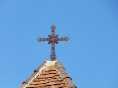 Eglise Saint-Jean et presbytère de Mortemart - Français:   Croix au sommet du clocher de l\'église de Mortemart, Saint-Félix-de-Reillac-et-Mortemart, Dordogne, France.