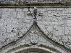 Eglise Sainte-Innocente - Français:   Blason sculpté au-dessus du porche de l\'église, Sainte-Innocence, Dordogne, France.