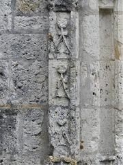 Eglise Sainte-Innocente - Français:   Décor sculpté du porche de l\'église, Sainte-Innocence, Dordogne, France.