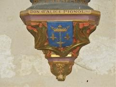 Eglise Sainte-Innocente - Français:   Support de statue avec le blason de Jeanne d\'Arc, église de Sainte-Innocence, Dordogne, France.
