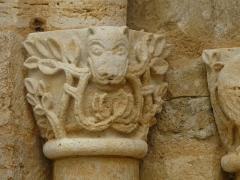 Eglise Saint-Ours - Français:   Chapiteau du portail, église Saint-Ours, Sainte-Orse, Dordogne, France
