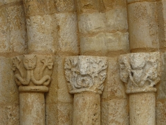 Eglise Saint-Ours - Français:   Chapiteaux du portail, église Saint-Ours, Sainte-Orse, Dordogne, France