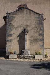 Eglise Saint-Pierre et Saint-Paul -  Croix adossée au porche de l\'église de Saint-Paul-Lizonne, Dordogne, France.