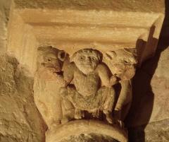 Eglise Saint-Raphaël - Français:   Chapiteau dans l\'église de Saint-Raphaël en Dordogne: Les mains d\'un personnage sont dans des gueules de monstres