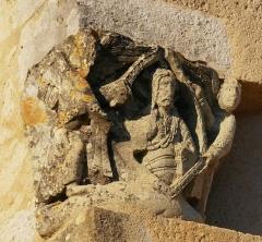 Eglise Saint-Raphaël - Français:   Chapiteau replacé en extérieur de l\'église de Saint-Raphaël en Dordogne représentant un Christ en majesté entouré de 2 anges