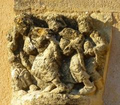 Eglise Saint-Raphaël - Français:   Chapiteau replacé en extérieur de l\'église de Saint-Raphaël en Dordogne représentant les 3 rois mages