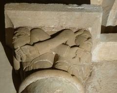 Eglise Saint-Raphaël - Français:   Chapiteau dans l\'église de Saint-Raphaël en Dordogne: 4 barbus se tiennent leurs barbes bifides en croisant leurs bras.