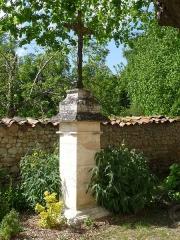 Eglise Saint-Vincent - Français:   Croix, face à l\'entrée de l\'église de Saint-Vincent-Jalmoutiers, Dordogne, France