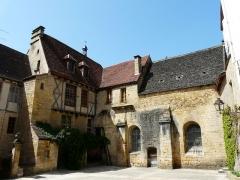 Chapelle des Pénitents Bleus ou chapelle Saint-Benoît - Français:   Sur la droite, la chapelle Saint-Benoît (ou des Pénitents bleus), cour des Chanoines, Sarlat-la-Canéda, Dordogne, France.