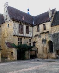 Chapelle des Pénitents Bleus ou chapelle Saint-Benoît -  La cour des Chanoines, Sarlat-la-Canéda, Dordogne, France. Sur la droite, une partie de la chapelle des Pénitents bleus.