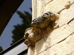 Immeuble - Français:   Vu depuis l\'impasse des Mirepoises, chapiteau sculpté dans la cour de l\'immeuble 1 place de la Bouquerie, Sarlat-la-Canéda, Dordogne, France.