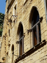Immeuble - Français:   Vues depuis l\'impasse des Mirepoises,fenêtres dans la cour de l\'immeuble 1 place de la Bouquerie, Sarlat-la-Canéda, Dordogne, France.