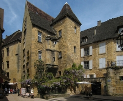 Immeuble - English: Village of Sarlat in the Département of Dordogne/France - old town, Place des Oies