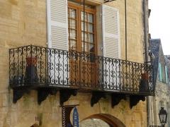 Immeuble - Français:   Balcon de l\'immeuble, 16 rue Fénelon, Sarlat-la-Canéda, Dordogne, France.