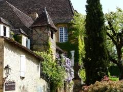 Immeuble - Français:   Maisons, 7 et 9 rue Montaigne, Sarlat-la-Canéda, Dordogne, France. Au premier plan, le 7; à l\'arrière-plan, le 9.