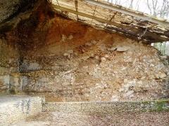 Gisement préhistorique de la Ferrassie -  Coupe sagittale de référence du Grand abri de La Ferrassie (Savignac-de-Miremont, Dordogne, France) en 2005.