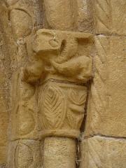 Eglise Saint-Pantaléon - Français:   Chapiteau de la colonne à droite du portail de l\'église Saint-Pantaléon de Sergeac, Dordogne, France.