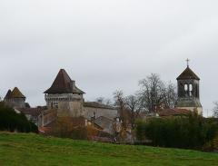 Château - Français:   Le château et le clocher de Varaignes, Dordogne, France