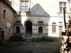 Château - Français:   Cour du château de Varaigne XVIe siècle, Dordogne, France