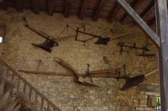 Château - Français:   Anciens outils agricoles dans le musée des tisserands à Varaigne, Dordogne, France