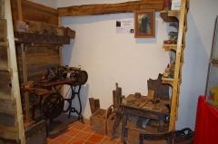 Château - Français:   Reconstitution de l\'atelier de M. Gabriel Coussy (1882-1947), bottier à Piégut-Pluviers - musée des tisserands à Varaigne, Dordogne, France