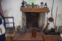 Château - Français:   Cheminée avec divers ustensiles et une brayère fixée en haut, typique pour les cheminée de la région. Musée des tisserands à Varaigne, Dordogne, France