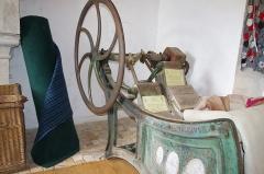 Château - Français:   Foulon, machine pour feutrer du tissu - musée des tisserands à Varaigne, Dordogne, France