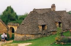 Maison d'habitation et cabanes en pierre sèche du Breuil -  Les «Cabanes du Breuil» à Saint-André-d'Allas en Dordogne (France). Le porche d'entrée de l'ancienne ferme et le premier groupe de cabanes. Photographie prise par Patrick GIRAUD / The site known as