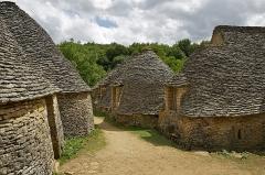 Maison d'habitation et cabanes en pierre sèche du Breuil - Deutsch: Einige der typisch markanten Cabanes (Steinhütten) in der Siedlung Cabanes du Breuil, Saint-André-d'Allas (Dordogne, Frankreich).