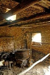 Maison d'habitation et cabanes en pierre sèche du Breuil - Deutsch: Eine Kochstelle in einer Hütte aus Trockenmauerwerk in Cabanes du Breuil in Frankreich.