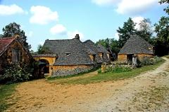 Maison d'habitation et cabanes en pierre sèche du Breuil - Deutsch: Hütten aus Trockenmauerwerk in Cabanes du Breuil in Frankreich.