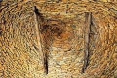 Maison d'habitation et cabanes en pierre sèche du Breuil - Deutsch: Ein Kraggewölbe in einer Hütte aus Trockenmauerwerk in Cabanes du Breuil in Frankreich.