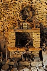 Maison d'habitation et cabanes en pierre sèche du Breuil - Deutsch: Cabanes du Breuil: Kamin in einer Werkstatt