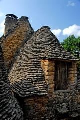Maison d'habitation et cabanes en pierre sèche du Breuil - Deutsch: Cabanes du Breuil, Saint-André-d'Allas, Dordogne, Frankreich, eine der Hütten aus Trockenmauerwerk mit Dachgaube, gedeckt mit Steinplatten (Lauze).