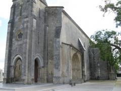 Eglise paroissiale Saint-Germain -  Église Saint-Martin d'Arsac (33). Clocher-porche et portail méridional.