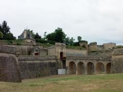 Citadelle de Blaye - Porte Royale de la citadelle de Blaye (Gironde, France), construite au XVIIe siècle par l'architecte militaire François Ferry sous la supervision de Vauban. Le site comporte deux portes, la porte Royale et la porte Dauphine. Voir aussi autre cliché.