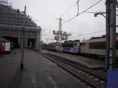 """Gare de Bordeaux-Saint-Jean -  Un train de 3 locomotives est passé en gare de Bordeaux. Il s'agit de la BB 7252, mise en service le 13 octobre 1978 en livrée Grise et de la BB 7254, le 19 octobre 1978 en livrée Béton, encadrant la BB 8593 en livrée """"En voyage""""."""