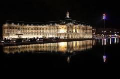 Hôtel de la Bourse - L'Hôtel de la Bourse de Bordeaux. Au premier plan, le miroir d'eau des quais de Bordeaux.