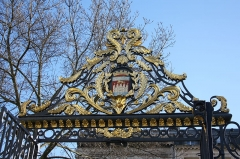 Jardin public - Deutsch: Tor zum Jardin public in Bordeaux (Region Aquitanien, Frankreich), mit dem Wappen der Stadt