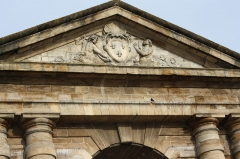 Porte d'Aquitaine - Deutsch: Porte d'Aquitaine in Bordeaux (Region Aquitanien, Frankreich), 1746 von André Portier errichtet, Wappenkartusche