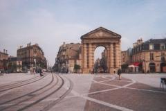 Porte d'Aquitaine -  Place de la Victoire rénovée, à Bordeaux, prise du coté sud. Derrière la porte monumentale, on aperçoit la rue Sainte-Catherine (la plus grande rue piétonne d'Europe). À gauche, les voies du tramway alimenté par le sol empruntent le cours Pasteur.