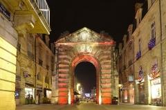 Porte Dijeaux (ou Dauphine) - English: Porte Dijeaux by night