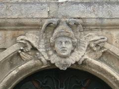 Maison du 18e siècle - Français:   Bourg, Gironde, maison classée place de la Libération. Mascaron sur la porte d\'entrée.