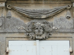Maison du 18e siècle - Français:   Bourg, Gironde, maison classée place de la Libération. Mascaron au premier étage.