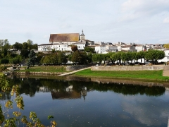 Eglise Notre-Dame - Français:   Sur les bords de l\'Isle, Guîtres et son abbatiale Notre-Dame, Gironde, France