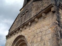 Eglise Saint-Martin - Français:   Modillons de la façade de l\'église Saint-Martin de Lados, Gironde, France
