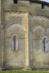 Eglise Saint-Pierre - Deutsch: Kirche Saint-Pierre in Pujols (Gironde) im Département Gironde (Région Aquitaine/Frankreich), Archivoltenfenster der Apsis