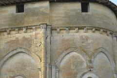 Eglise Saint-Pierre - Deutsch: Kirche Saint-Pierre in Pujols (Gironde) im Département Gironde (Région Aquitaine/Frankreich), Kragsteine an der Südfassade